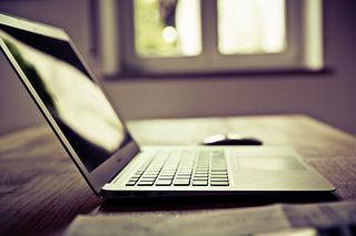 Laptop in heimeliger Atmosphäre